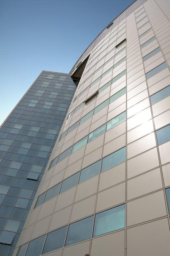 Immeuble de bureaux avec une façade articulée. images libres de droits