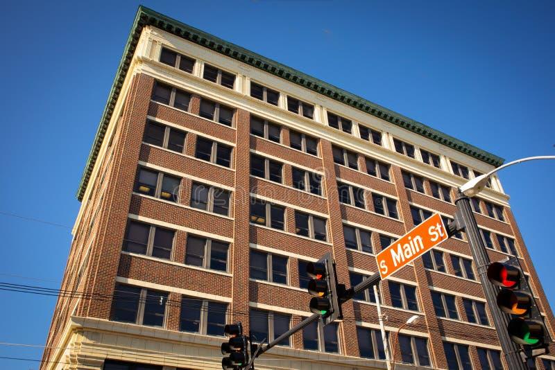 Immeuble de bureaux de brique sur Main Street image stock