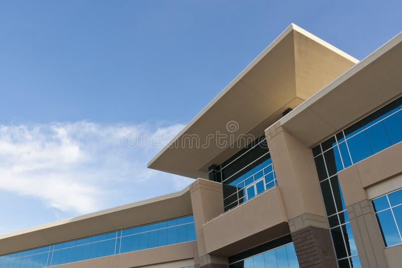 Immeuble de bureaux contemporain avec la façade en pierre photo stock
