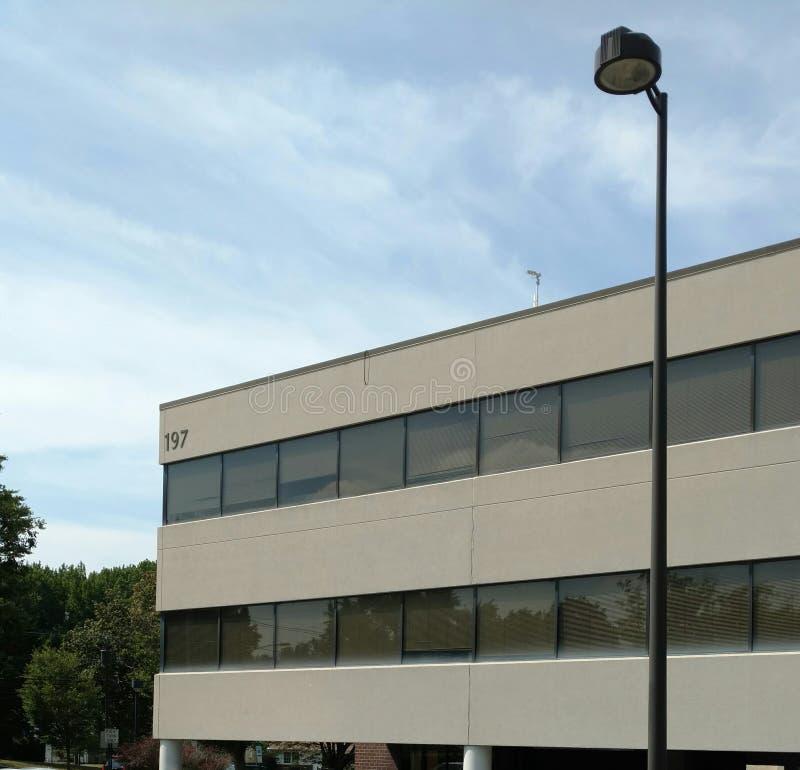 Immeuble de bureaux dans les banlieues photo stock