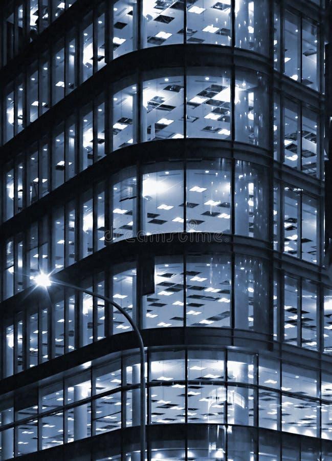 Immeuble de bureaux de nuit photos libres de droits