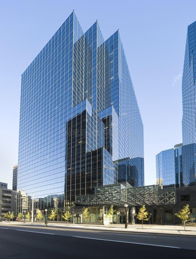 Immeuble de bureaux en verre moderne photos libres de droits