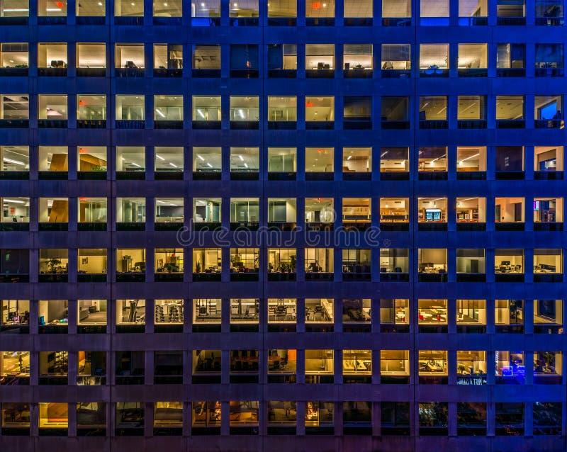 Immeuble de bureaux la nuit photo libre de droits