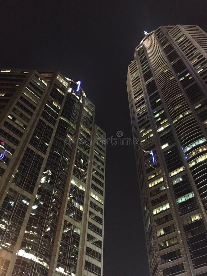 Immeuble de bureaux la nuit photos stock