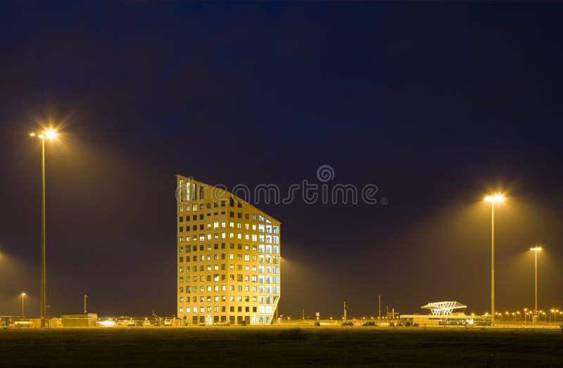 Immeuble de bureaux la nuit photographie stock libre de droits