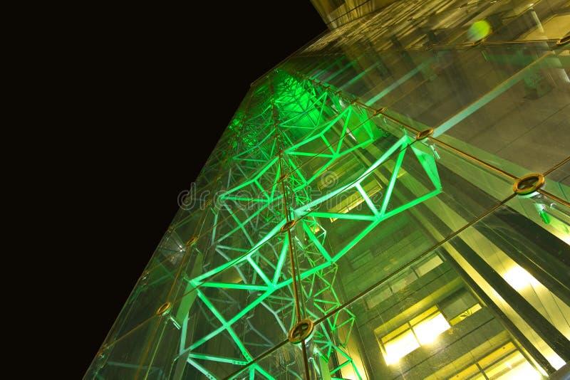 Immeuble de bureaux la nuit avec les murs en verre photos libres de droits