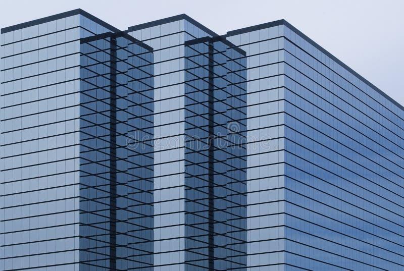 Immeuble de bureaux moderne avec l'extérieur en verre images stock