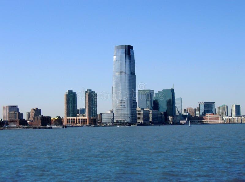Immeuble de bureaux moderne contre le ciel bleu. images stock
