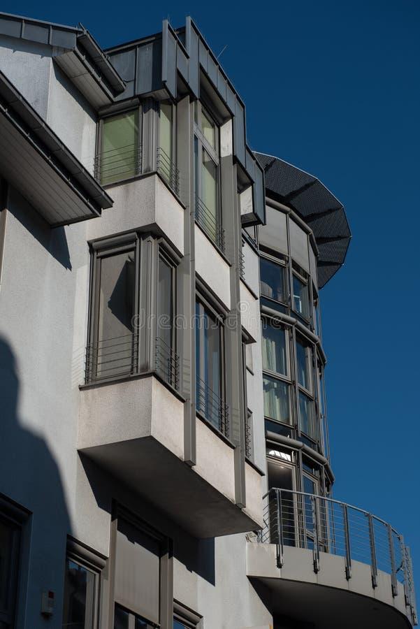 Immeuble de bureaux moderne dans Hilden avant ciel bleu photo stock
