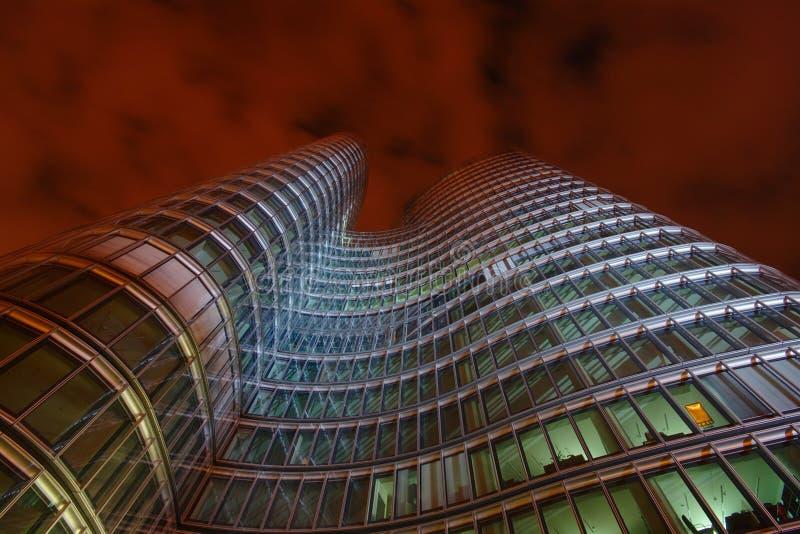 Immeuble de bureaux moderne la nuit, Zagreb, Croatie image libre de droits