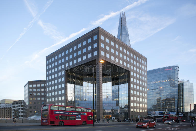 Immeuble de bureaux moderne par Se Londres gigaoctet U de Southwark de pont de Londres image stock