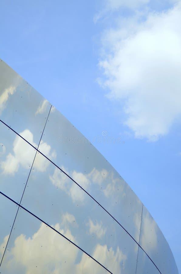 Immeuble de bureaux moderne r3fléchissant images libres de droits