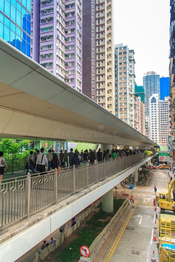 Immeuble et personnes de bureaux modernes dans un centre ville piétonnier de passage supérieur dans Hong Kong central images libres de droits
