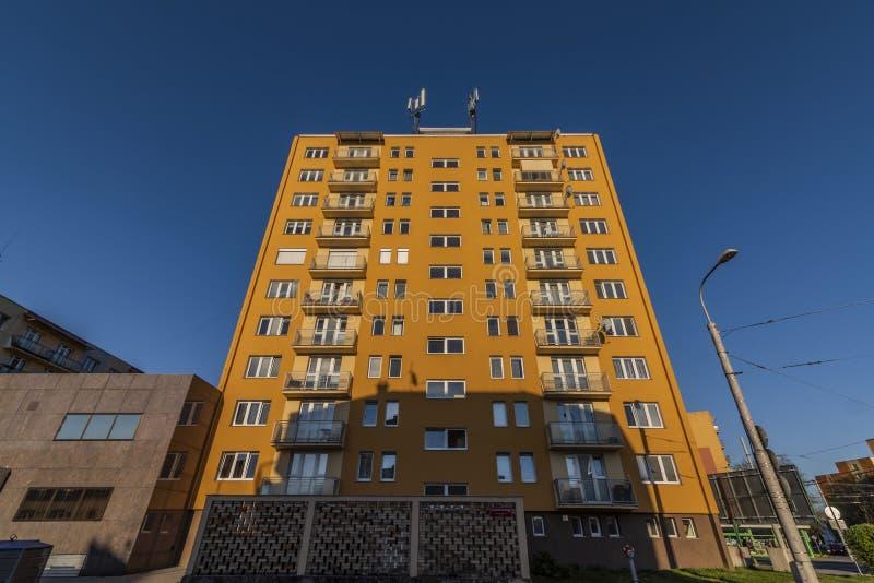 Immeuble jaune avec la soirée ensoleillée bleue de ciel au printemps photo libre de droits