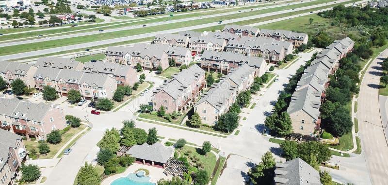 Immeuble panoramique de vue aérienne avec la piscine près des rues de route et d'achats image stock