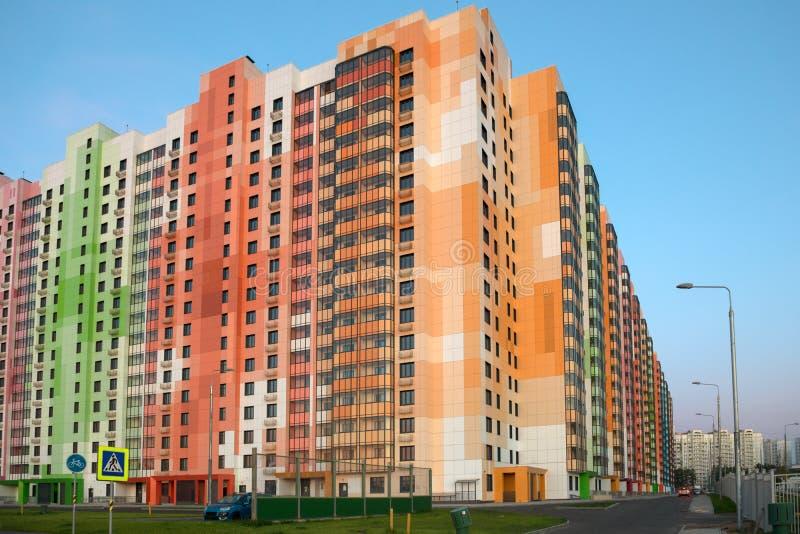Immeuble résidentiel à plusiers étages coloré photos libres de droits