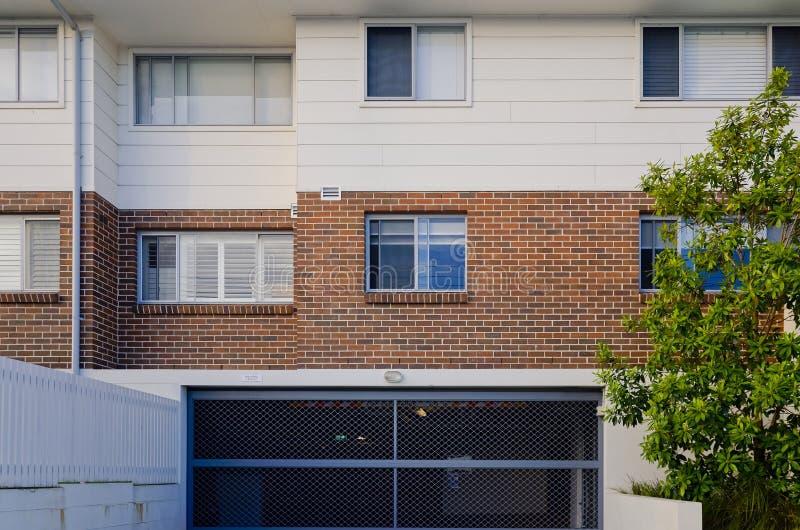 Immeuble résidentiel moderne extérieur avec des fenêtres et photos stock