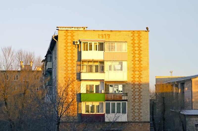 Immeuble russe ordinaire L'heure d'or, avant coucher du soleil photographie stock libre de droits