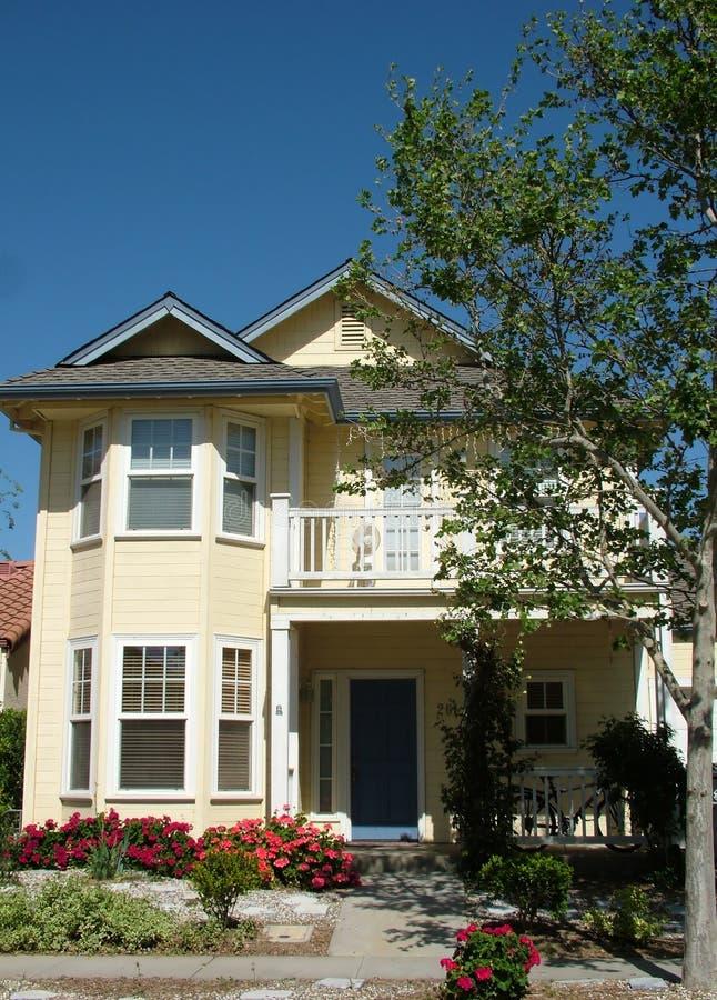 Download Immeubles photo stock. Image du porche, trappe, garage - 740124