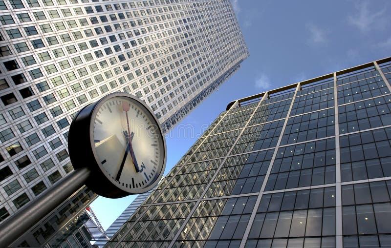 Immeubles d'horloge et de bureaux photos stock