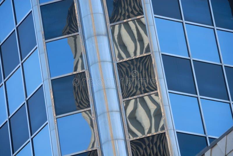 Immeubles de bureaux avec des réflexions image stock