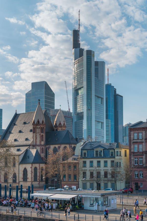 Immeubles de bureaux ayant beaucoup d'étages entourés par le vieux centre de Francfort sur Main image libre de droits