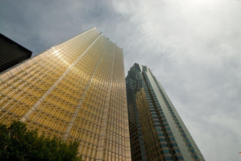 Immeubles de bureaux d'or photo libre de droits