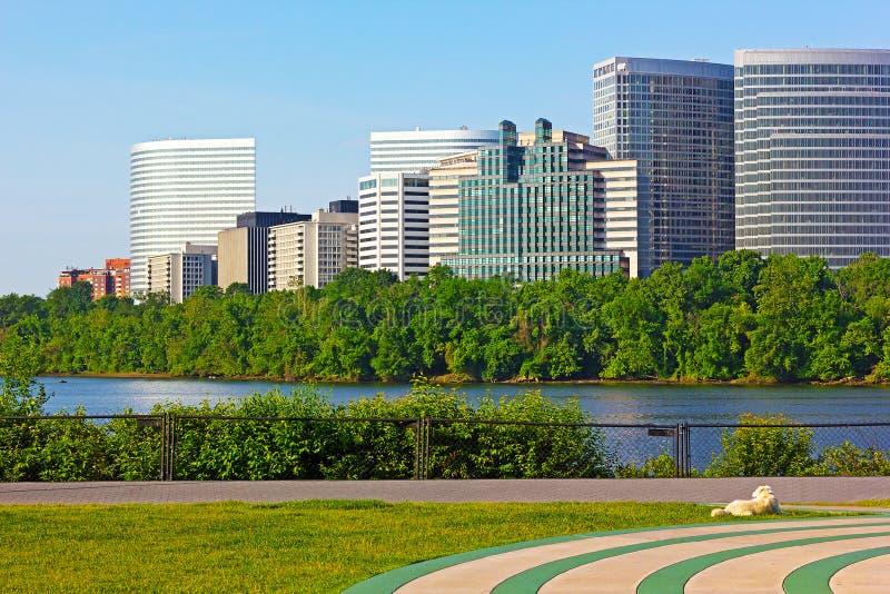 Immeubles de bureaux de bord de mer de fleuve Potomac photos libres de droits
