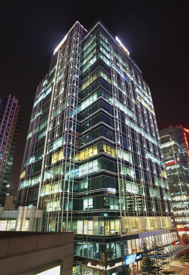 Immeubles de bureaux de Zhonguancun la nuit, Pékin, Chine images libres de droits