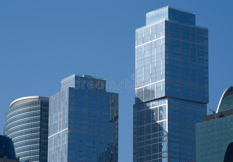 Immeubles de bureaux modernes de ville de Moscou au-dessus de ciel bleu images libres de droits