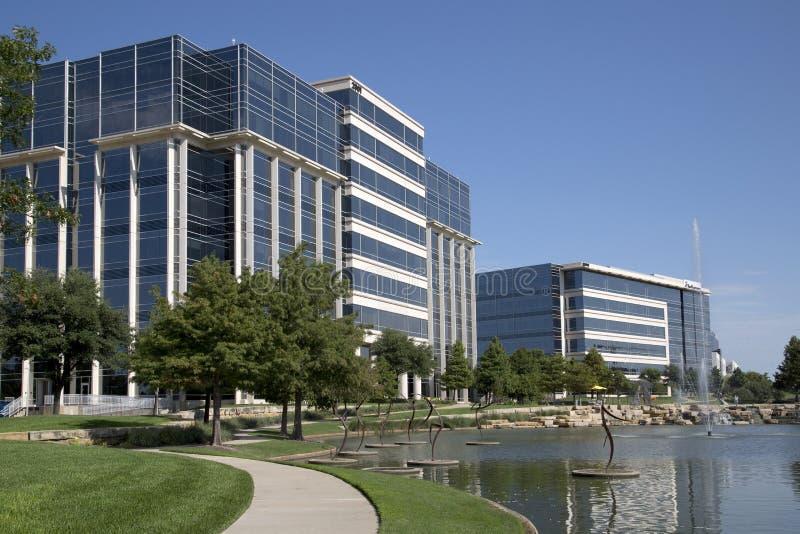 Immeubles de bureaux modernes gentils et conception de paysages photo libre de droits