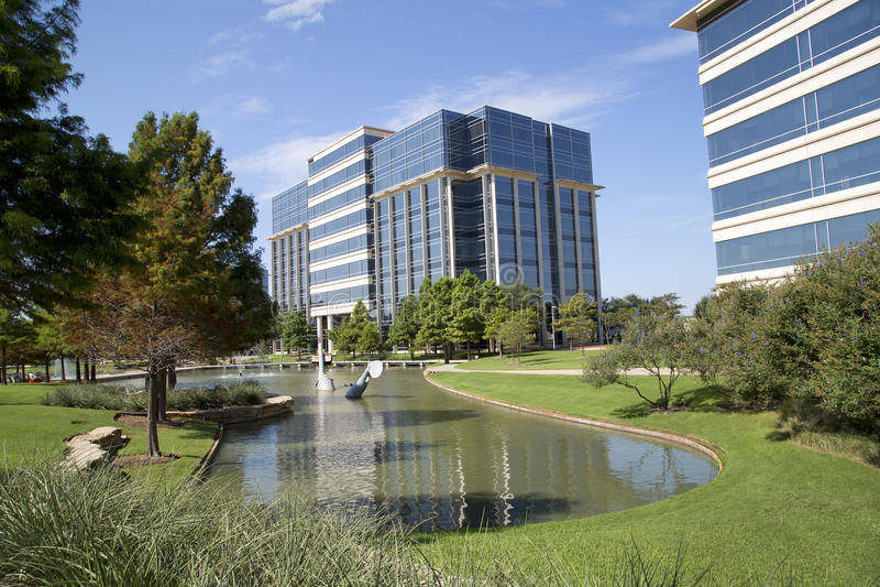 Immeubles de bureaux modernes gentils et conception de paysages images libres de droits