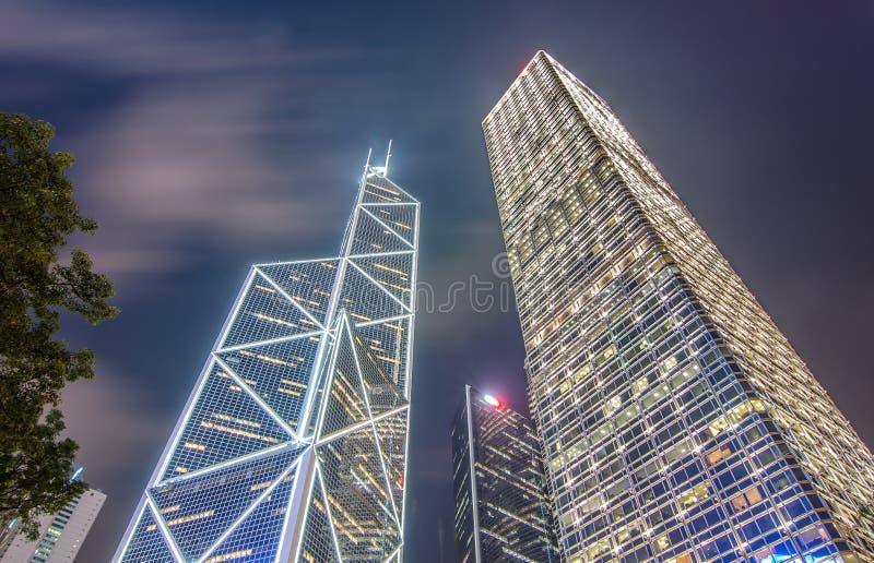 Immeubles de bureaux modernes la nuit dans Hong Kong central photographie stock libre de droits