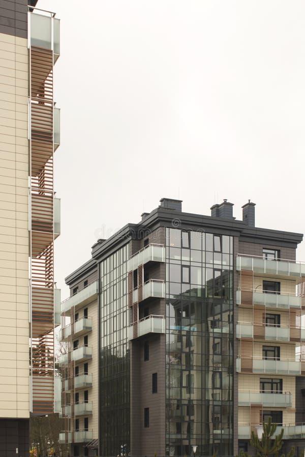 Immeubles de bureaux de paysage urbain avec l'architecture d'entreprise moderne - concept d'affaires et de succès images stock
