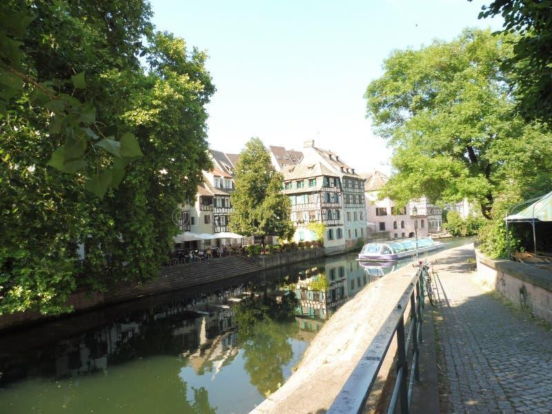 12 67 2000 04 GF Strasbourg Petite France. Immeubles Eaux ciel Alsace Europe Arbre Histoire bateau péniche promenade royalty free stock images