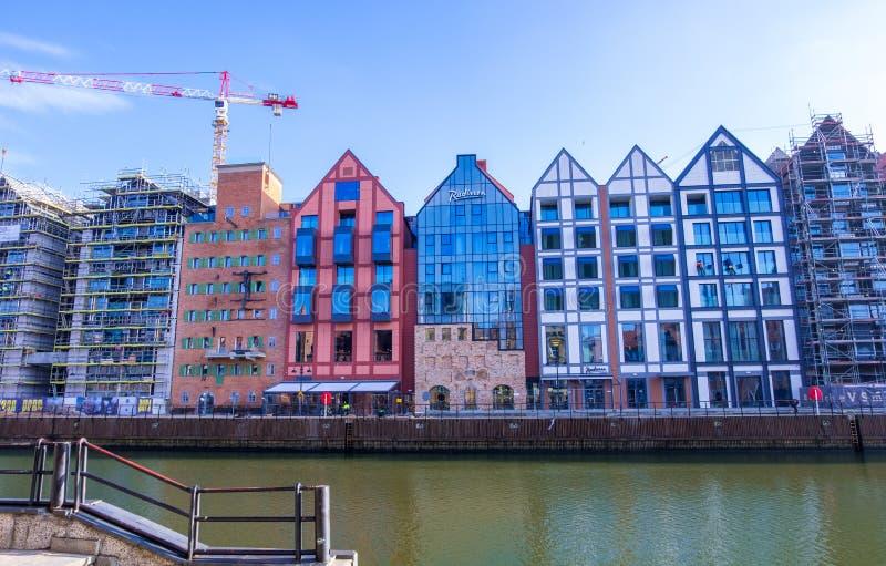 Immeubles en construction sur le bord de mer de la ville principale de Danzig sur la rivière de Motlawa Danzig, Pologne photographie stock libre de droits