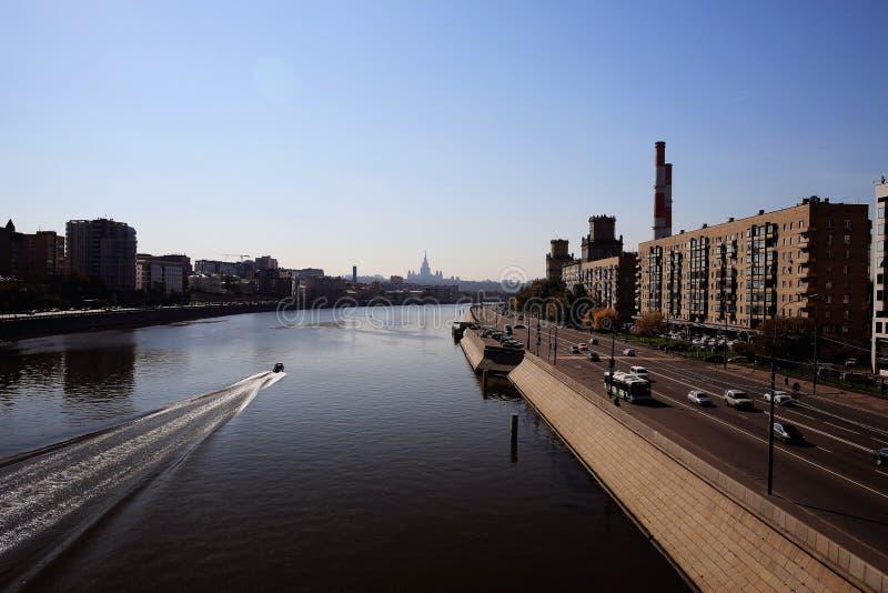 Immeubles modernes le long de rivière photographie stock