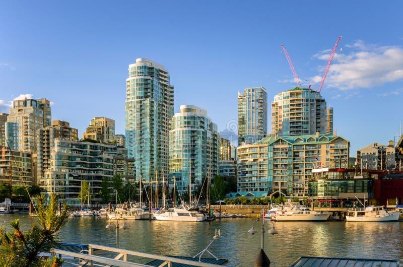 Immeubles modernes le long du bord de mer à Vancouver du centre photo libre de droits