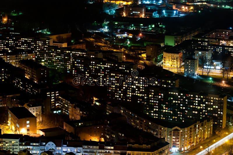 Immeubles par nuit image stock