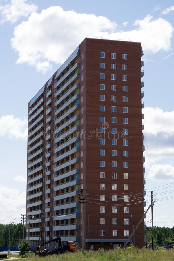 Immeubles résidentiels à plusiers étages au-dessus de ciel bleu images stock