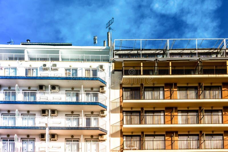 Immeubles résidentiels avec les balcons et le ciel bleu photos stock