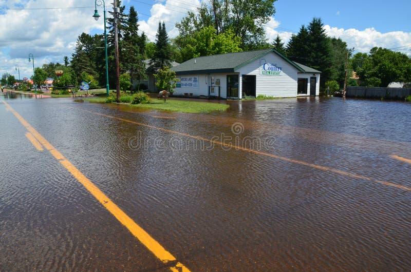 Immeubles unis de pays en inondation photographie stock libre de droits