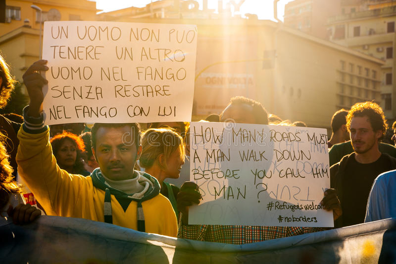 Immigranten maart die in Rome om gastvrijheid voor vluchtelingen vragen royalty-vrije stock afbeeldingen
