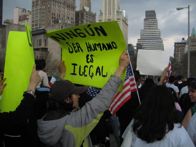Immigranti che marciano sul ponte di Brooklyn immagine stock libera da diritti