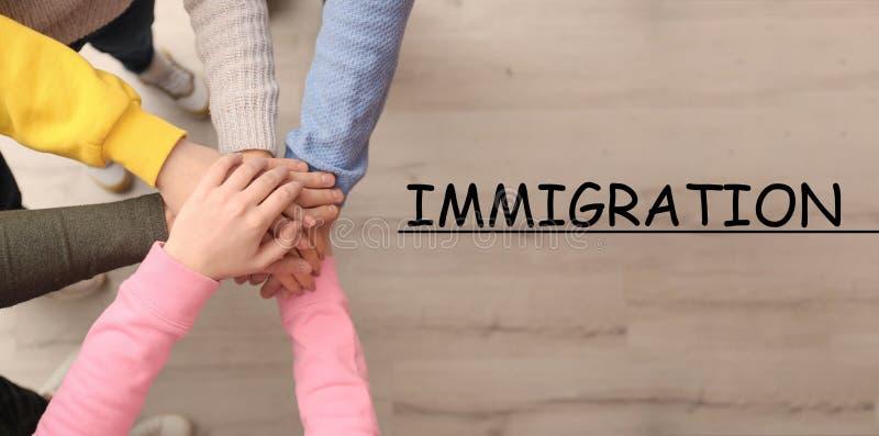 Immigratiebegrip Mensen die handen bij elkaar houden stock afbeeldingen