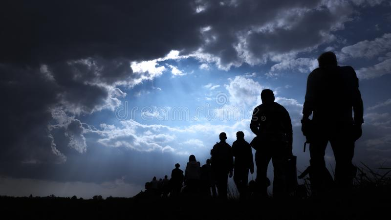 Immigration von peopleand bewölktem Himmel stockfotos