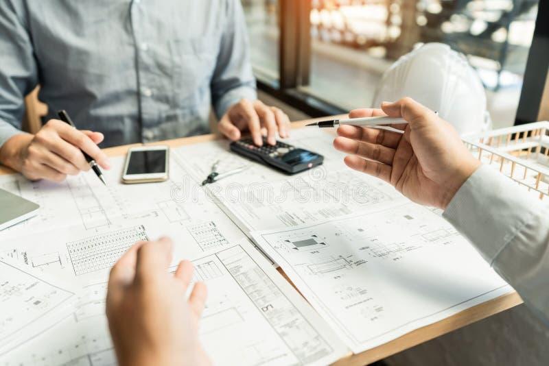 Immobili?nconcept, ingenieur Twee en architect die blauwdrukkengegevens het werken en digitale tablet bij de bouwbouw bespreken royalty-vrije stock fotografie