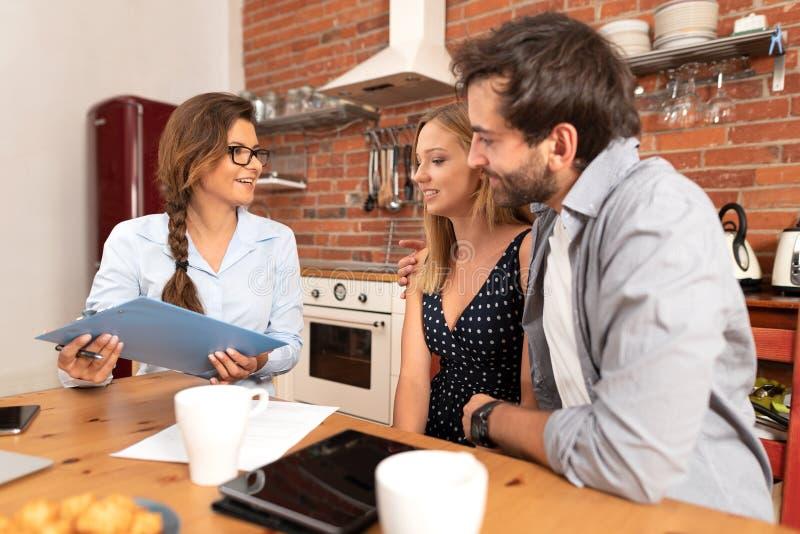 Immobilienagentur bietet Wohneigentum an stockfoto