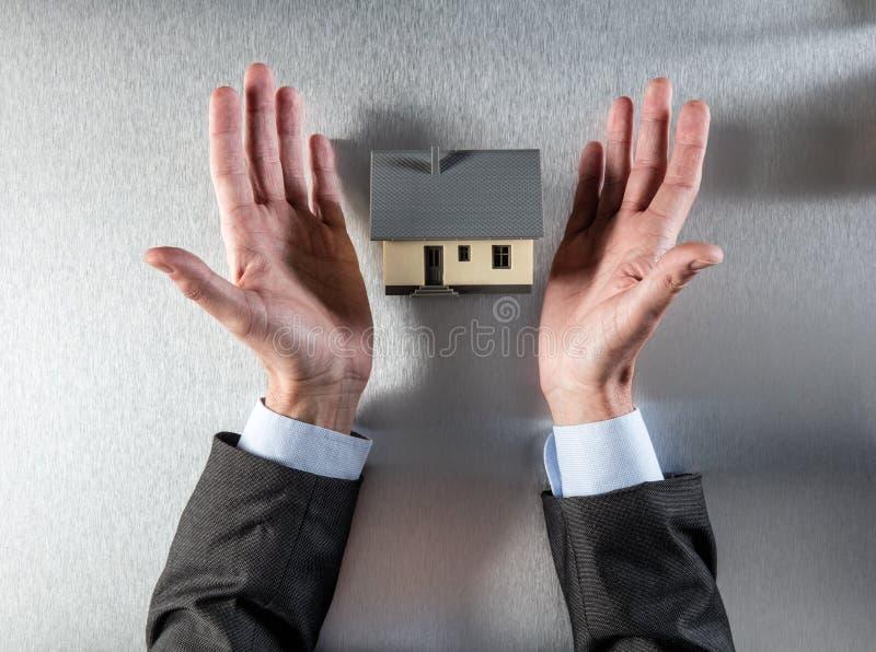 Immobilienagentur, die ein Projekt des neuen Hauses darstellt oder anbietet stockbilder