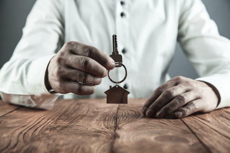 Immobilienagentur, die Hausschlüssel hält Grundbesitzkonzept 6 lizenzfreie stockbilder
